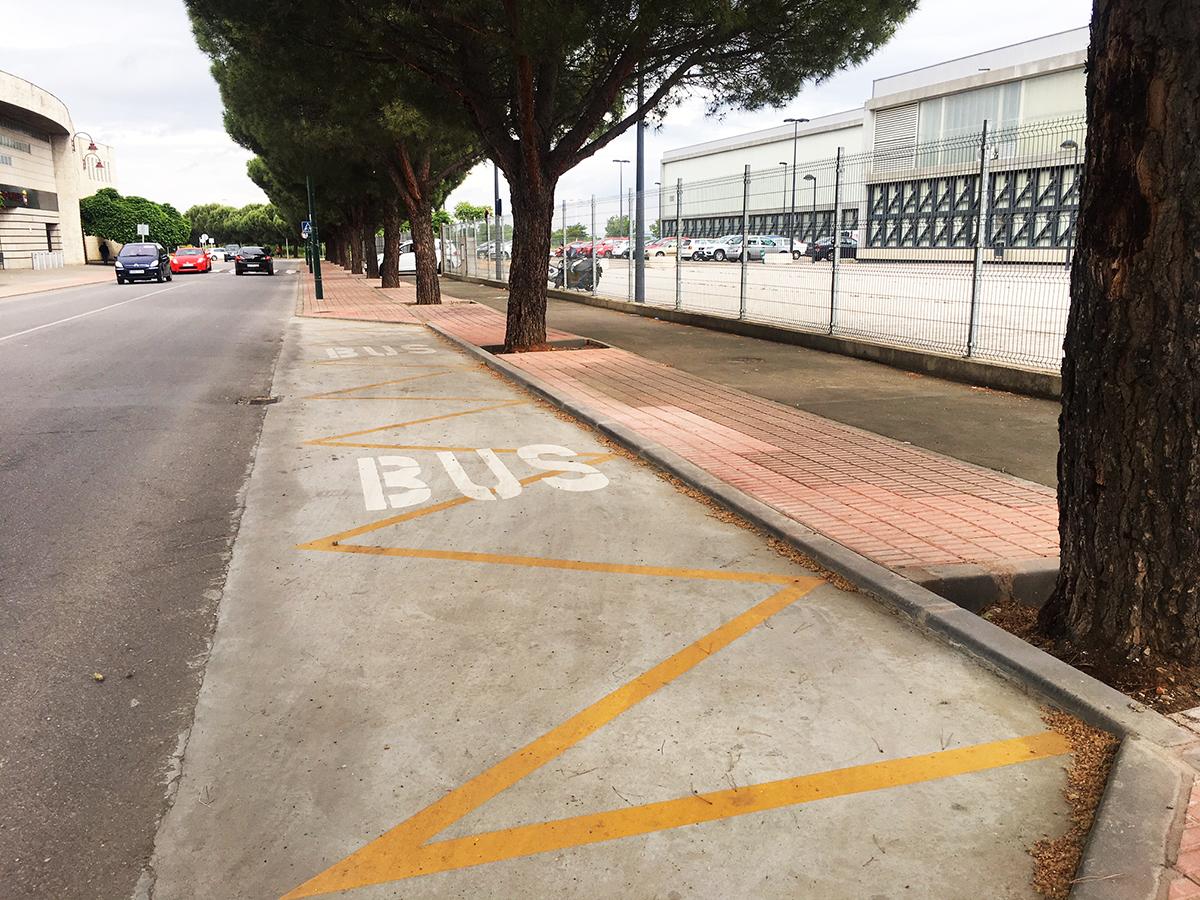 Nueva parada de bus en la zona deportiva