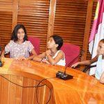 """Luisa López con niñas saharauis participantes en una edición anterior del programa """"Vacaciones en Paz"""""""